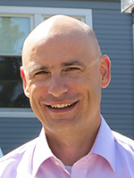 A photo of Karsten Mundel smiling in the sunshine.
