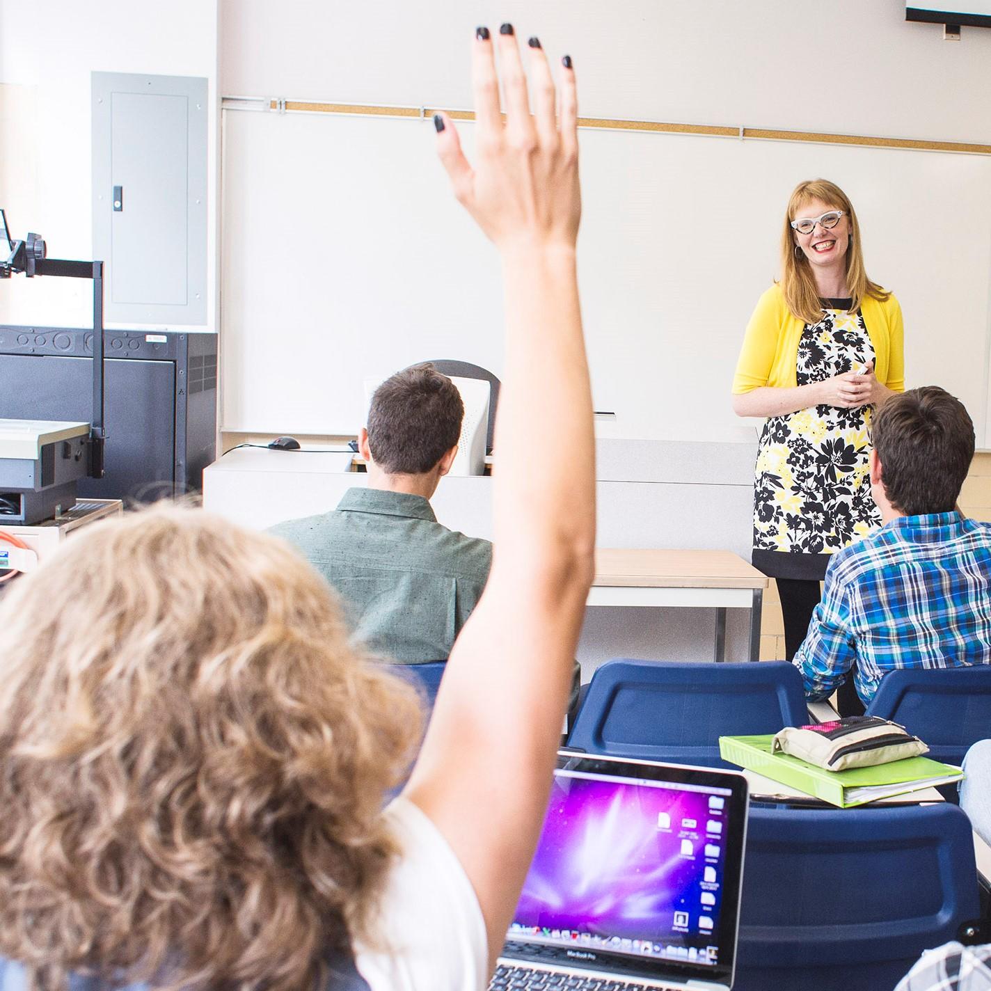 classe-ordinateur-etudiants-enseignante-question-main-levee-carre.jpg