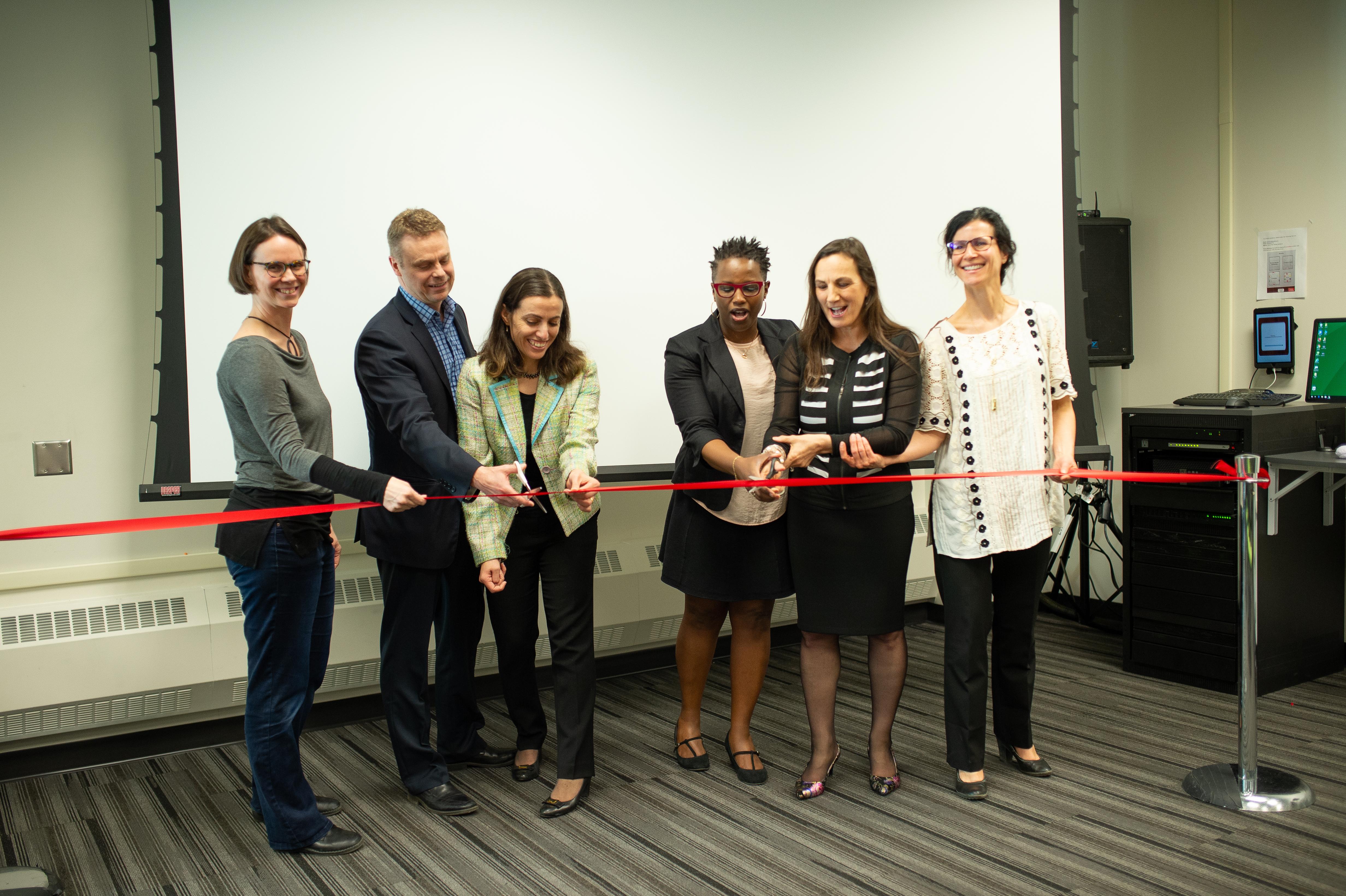 photo de l'équipe de transformation et d'innovation technologique et numérique lors de l'inauguration de la salle de transformation numérique et pédagoqiue du Campus